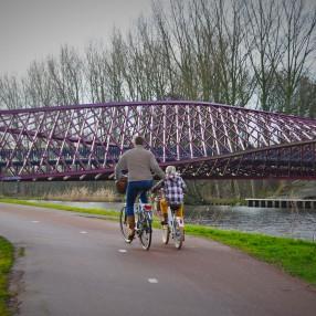 Moeder met kind op de fiets bij vaartbrug Vlaardingen
